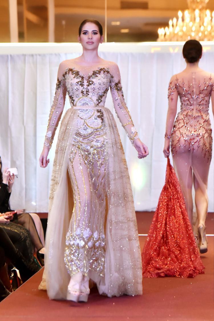 """Thiết kế này là 1 trong 17 thiết kế nằm trong BST """"Đêm ngàn sao"""" đượcNTKAudrey Hiếu Nguyễn trình làng trong khuôn khổ """"New York Fashion Week"""" vào hồi đầu năm nay."""