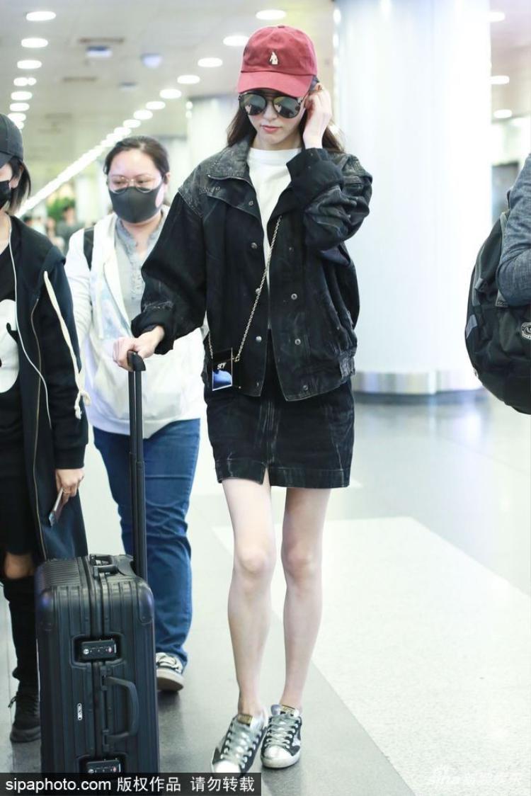 Xinh đẹp là vậy nhưng đôi chân nhìn như sắp gãy của Đường Yên mới là điều đáng quan tâm