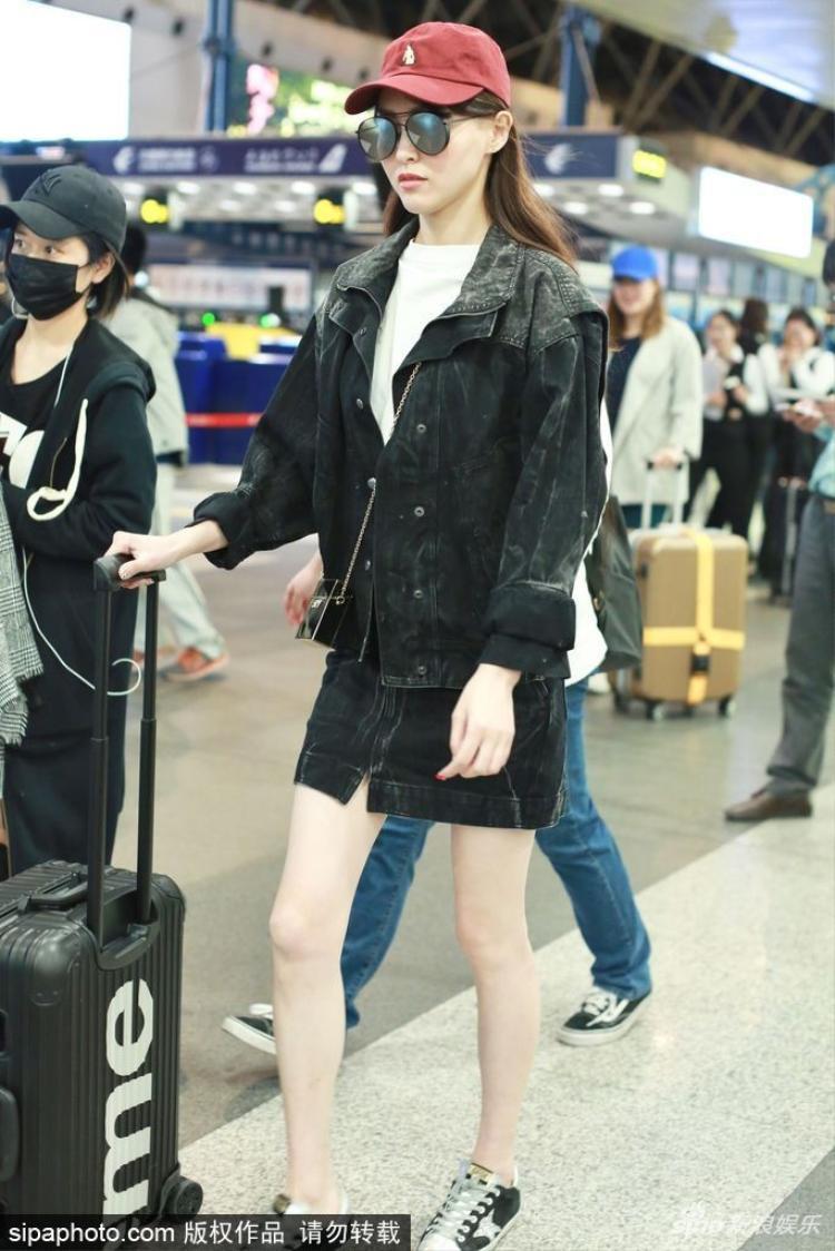 Tuy nhiên, đôi chân của nữ diễn viên mới là điều đáng quan tâm.