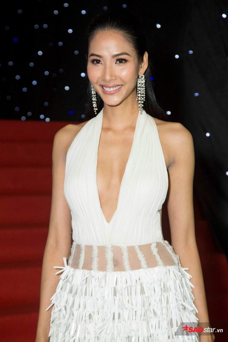 Trước đó chiếc váy này đã được á hậu Hoàng Thùy mặc trong ngày đầu của Tuần lê thời trang Quốc tế Việt Nam Xuân Hè 2018. Cô cho biết mặc thiết kế của NTK Công Trí để ủng hộ show diễn của nhà thiết kế này.