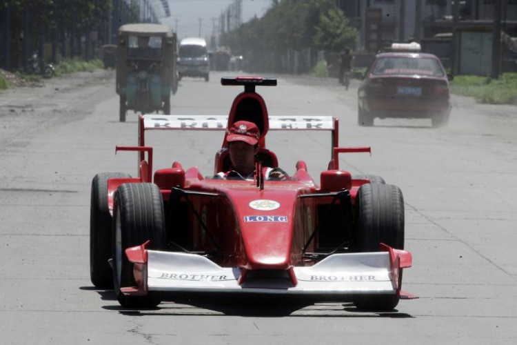 Zhao Xinguo lái một chiếc xe Công thức 1 tự chế tại Đường Sơn, Hà Bắc. Ông cùng em trai mình Zhao Xiushun đã tạo ra chiếc xe này từ kim loại bỏ đi và nói rằng họ thực sự muốn tạo ra chiếc xe đua Công thức 1 đầu tiên tại Trung Quốc.