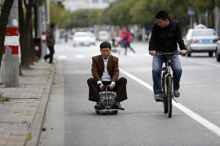 Ông Xu Zhiyun, 60 tuổi, lái chiếc xe chạy bằng mô-tơ tự chế dọc một con đường ở Thượng Hải vào tháng 12 năm 2014. Ông mất 2 năm để hoàn thành phương tiện mini này.