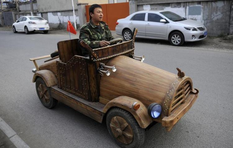 Liu Fulong thử nghiệm chiếc xe bằng chỗ chạy năng lượng điện ở Thẩm Dương, Liêu Ninh, Trung Quốc vào tháng 10 năm 2014.