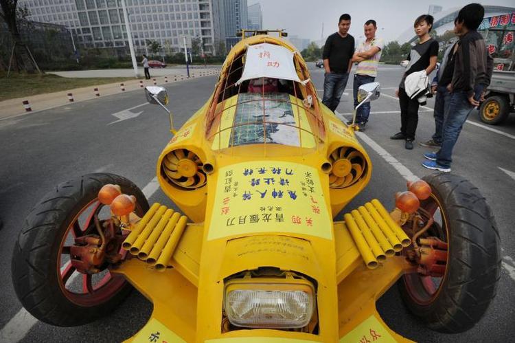 Chiếc xe cực kì hầm hố này được phát triển bởi một người có tên Zhu Runqiang tại An Huy, Trung Quốc vào tháng 10 năm 2013. Ông tạo ra nó bằng những linh kiện kiếm được từ những chiếc xe đã qua sử dụng.