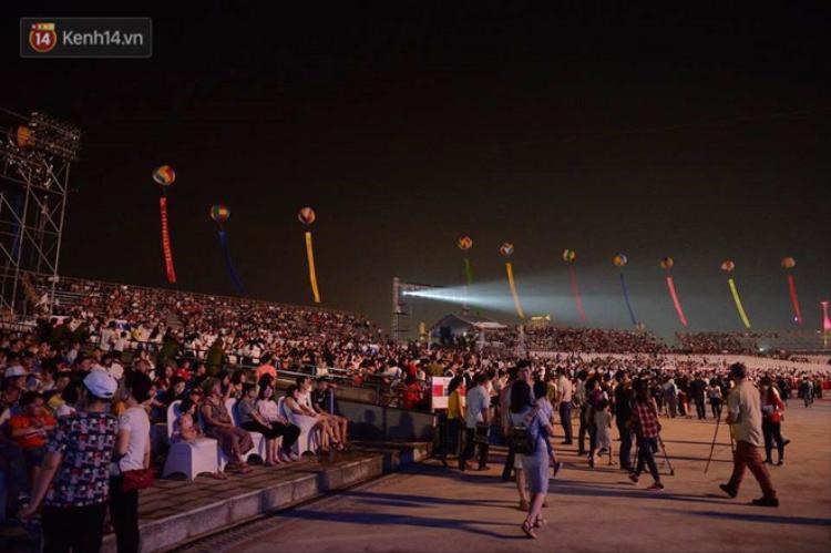 Khán đài sân vận động với sức chứa hơn 1 vạn người đông nghịt. Ảnh: Trí thức trẻ.