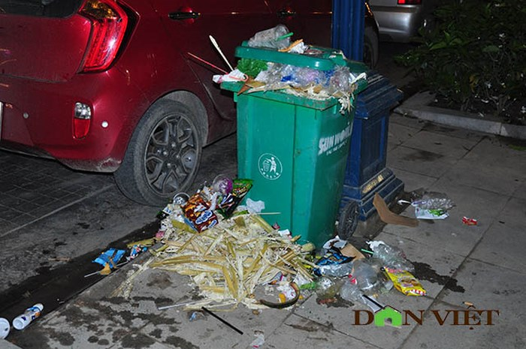 Thùng rác quá tải, rác tràn ra bên ngoài. Ảnh: Dân Việt.