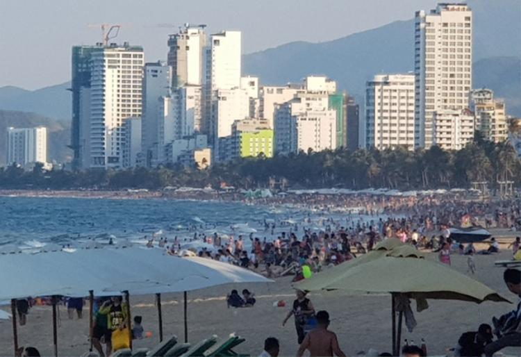 Chiều 28/4, bãi biển phía đông đường Trần Phú Nha Trang đông nghịt du khách và người dân tắm biển. Ảnh: Viết Hảo.