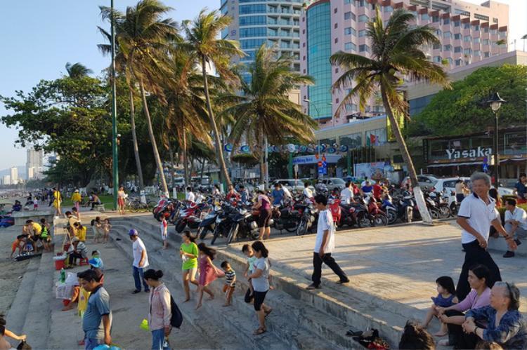 Các bãi xe nhỏ ở phía đông đường Trần Phú gần như quá tải. Ảnh: Viết Hảo.