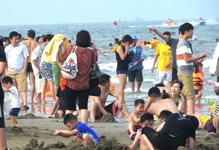 Mặc dù thời tiết chưa nắng nóng nhưng Sầm Sơn vẫn thu hút hàng vạn du khách về nghỉ mát. Ảnh: Pháp luật TP.HCM.