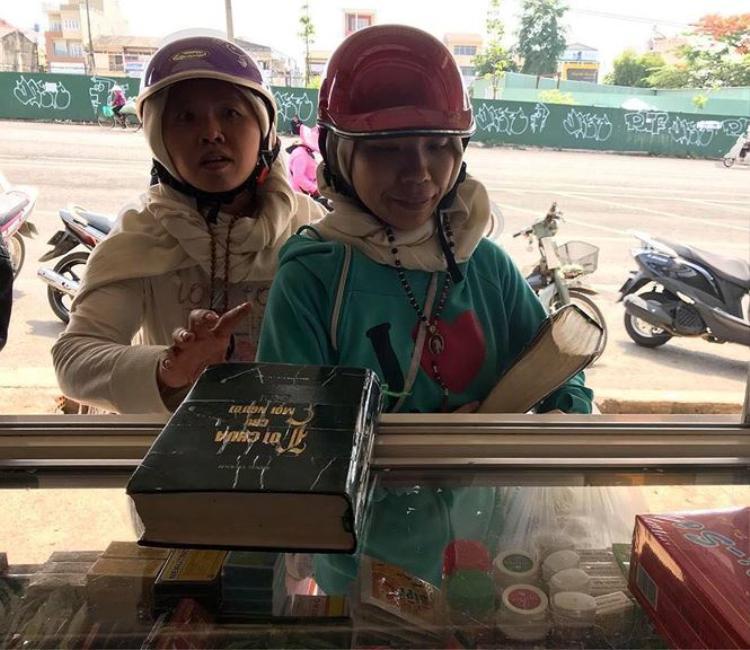 Sự thật đằng sau hình ảnh 2 người phụ nữ lạ mặt đến truyền đạo Hội Thánh Đức Chúa Trời ở tiệm thuốc Tây