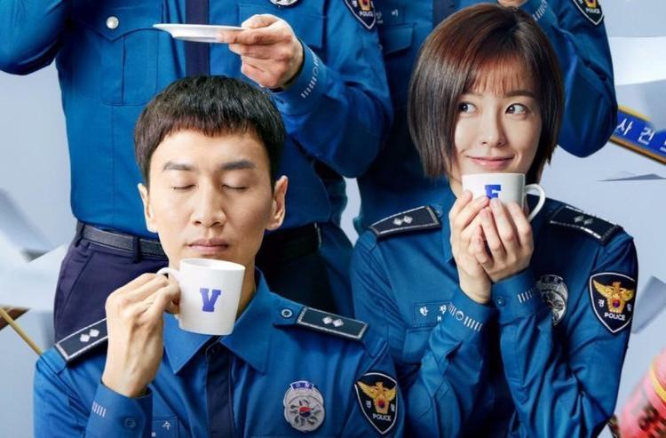 """Được biết, gần đây Kwang """"Sú"""" đang thu hút sự chú ý như một diễn viên chứ không phải một nghệ sĩ làm chương trình tạp kỹ, sau khi đảm nhận vai sĩ quan cảnh sát trong phim truyền hình """"Live"""" của đài tvN cùng Jung Yoo Mi."""
