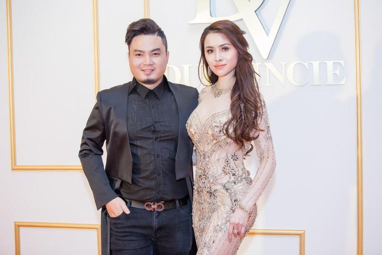 """Thư Dung là một trong những khách hàng quen thuộc của NTK Đức Vincie. Có vẻ như từ khi trở thành Á quân """"Người mẫu Thời trang Việt Nam"""" và Á hậu 2 Miss Eco International người đẹp đem lại """"tiếng"""" thì ít nhưng """"tai"""" thì nhiều."""