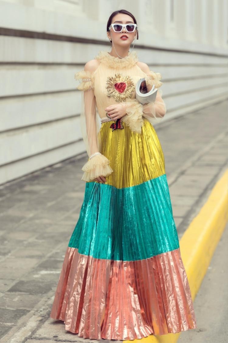 """Diện lại váy áo từng khiến Chi Pu lọt top """"thảm họa"""", Tường Linh tạo nên sự khác biệt khi phối trang phục cùng kính mát có dây đeo và kiểu tóc cột gọn nhằm tôn lên gương mặt thanh tú. Việc mix, match phụ kiện tinh tế là cách giúp """"vòng eo 53"""" giành lấy một suất trong bảng xếp hạng sao đẹp tháng 4."""