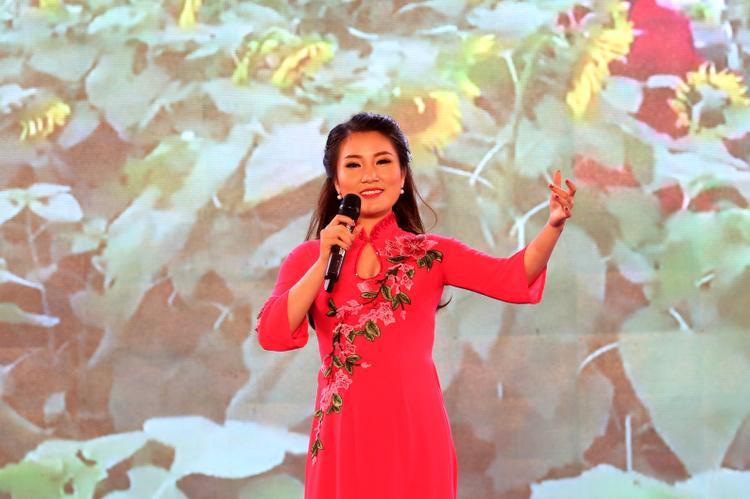 Ali Hoàng Dương lịch lãm, lần đầu hát hit Mỹ Tâm trước 20.000 khán giả
