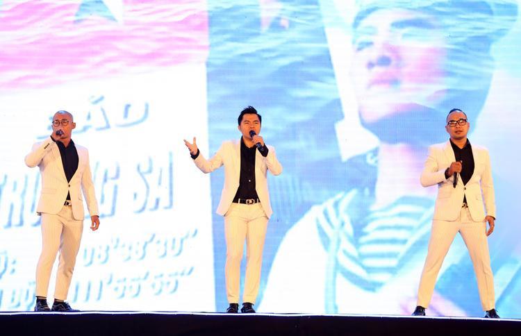 Nhóm MTV mang đến ca khúc Bay qua biển đông với một sân khấu tràn đầy năng lượng và sức trẻ.