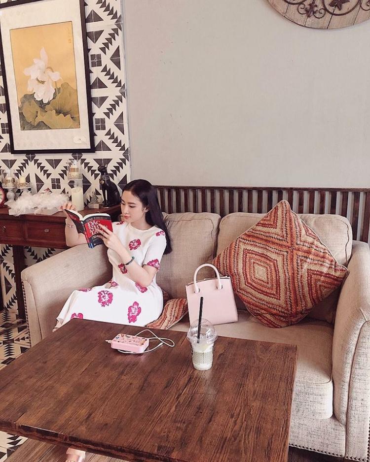 Người con gái đẹp đọc sách mọi lúc mọi nơi.