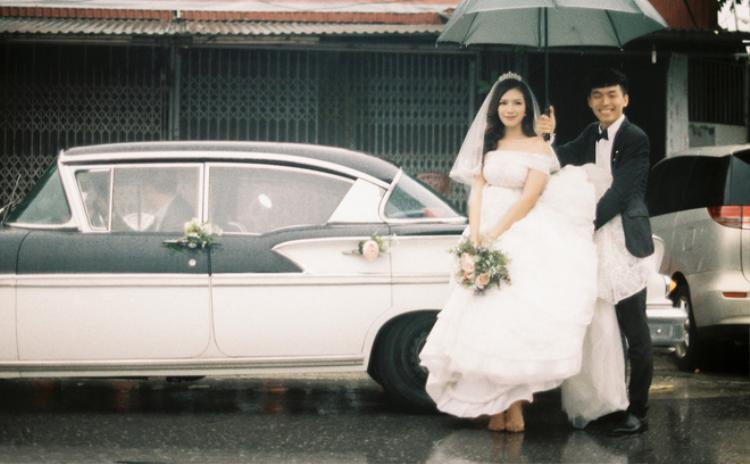 Mới đây, đám rước dâu của cặp đôi kiến trúc sư Trần Hoàng Nam và Nguyễn Vân Anh (cùng sinh năm 1992) với niềm đam mê phong cách cổ điển vừa diễn ra ở Hà Nội.
