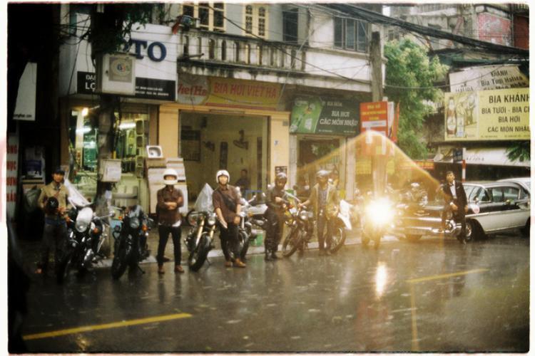 Dàn xe cổ đi một quãng đường dài khoảng 60km cả đi lẫn về từ phố Minh Khai về Thường Tín dưới trời mưa là hình ảnh tuyệt đẹp và đáng nhớ với cặp uyên ương này.