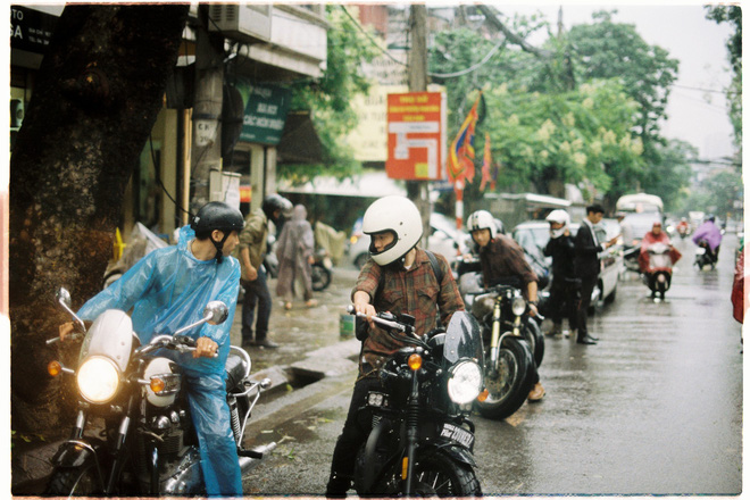 Đoàn xe máy đã cùng xe rước dâu của dâu rể vượt quãng đường dài trong mưa.