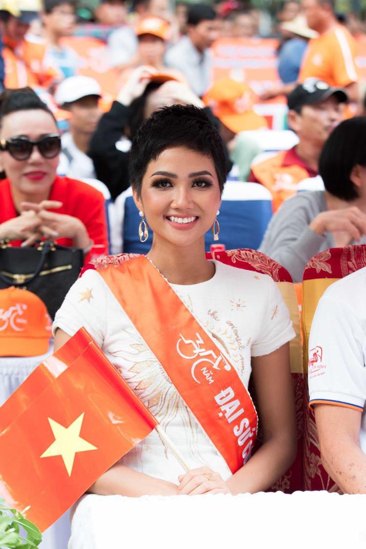 Hoa hậu HHen Niê mang xe đạp cá nhân chạy đua cùng các bạn trẻ nhân dịp 30/4