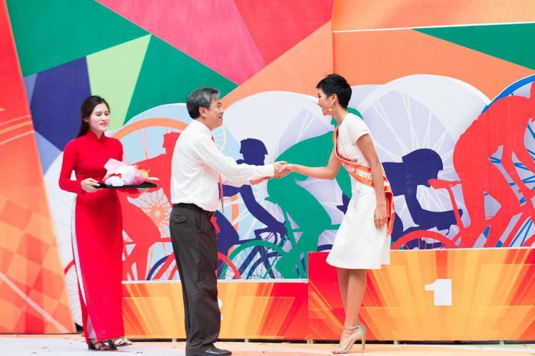 H'Hen Niê thân thiện bắt tay với BTC giải đấu xe đạp.