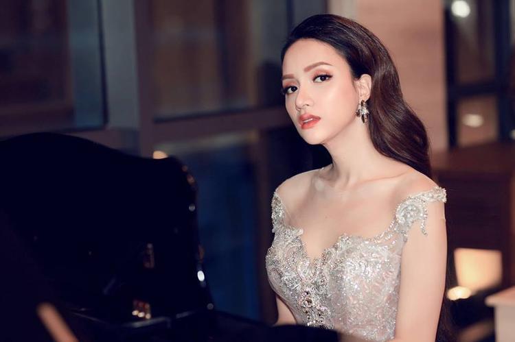 Vẫn trung thành với phong cách thời trang quyến rũ, gợi cảm như trước đây, song người đẹp đã tiết chế mức độ gợi cảm, cô muốn hướng tới một hoa hậu thanh lịch, tao nhã.