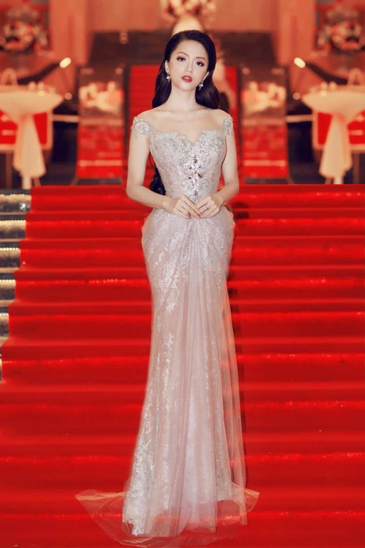 Tối 29/4, Hương Giang xuất hiện tại một bữa tiệc ở Đà Nẵng. Cô diện váy xuyên thấu ánh bạc của NTK Anh Thư.