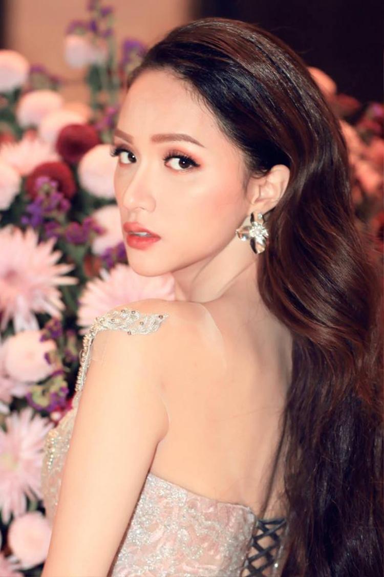 Người đẹp vẫn trung thành với phong cách makeup tông màu cam gợi cảm.Hoa hậu Chuyển giới thường sử dụng kỹ thuật tán phấn màu đậm tràn bầu mắt, và son môi tông màu ấm như cam đất, hồng đỏ.