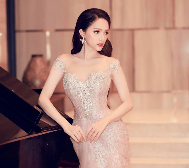 Thiết kế tôn nét gợi cảm trên chất liệu vải xuyên thấu đi kèm sequin lóng lánh đã giúp đương kim Hoa hậu chuyển giới tỏa sáng nhất trong dàn sao có mặt.