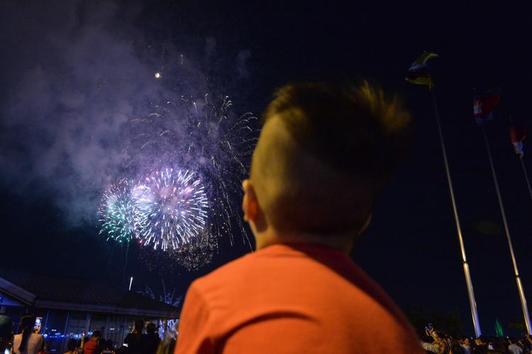 Hình ảnh lung linh của những tràng pháo hoa trên bầu trời thành phố khiến người dân và khách tham quan vô cùng. Ảnh: Zing.vn