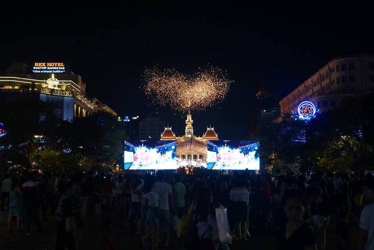Chương trình bắn pháo hoa cũng được truyền hình trực tiếp trên sóng Đài Truyền hình TP.HCM (HTV). Tại phố đi bộ Nguyễn Huệ trình chiếu chương trình pháo hoa phục vụ người dân. Ảnh: Vietnamnet.