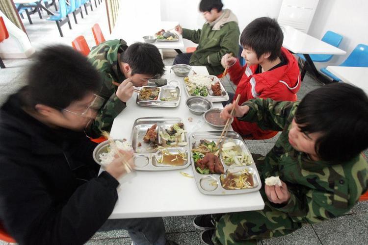 Học viên một trại cai nghiện ở Đại Hưng, Bắc Kinh ăn trưa cùng nhau.