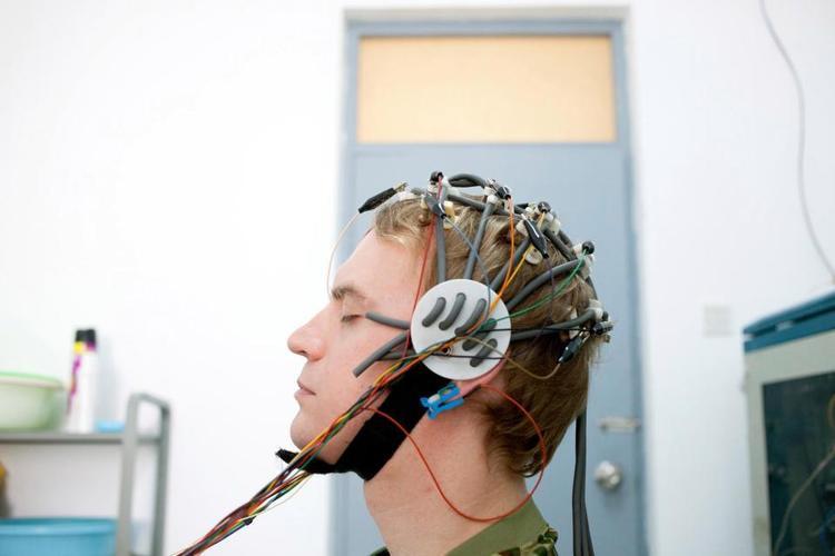 Jamie sử dụng một thiết bị đo hoạt động não tại một trung tâm điều trị nghiện Internet ở Bắc Kinh.