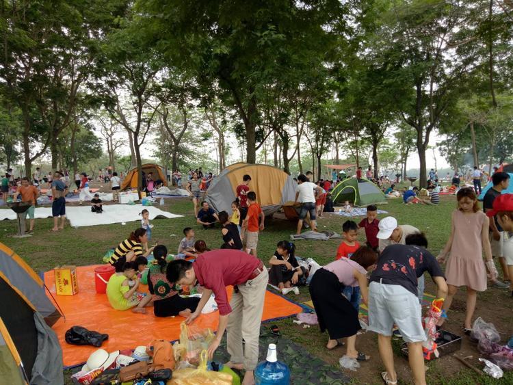 Từ rất sớm, đã có rất nhiều hộ gia đình đến công viên để chọn vị trí làm nơi ăn uống, vui chơi.