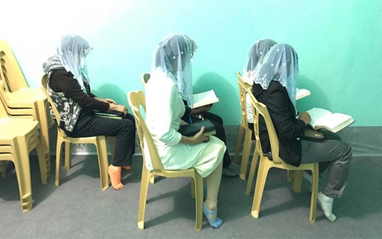"""Những Hội viên đội khăn trắng khi học giáo lý của """"Hội Thánh Đức Chúa Trời"""". Ảnh: Báo Thanh niên."""