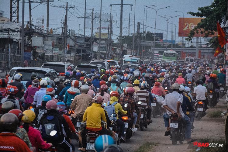 Nhiều người còn sẵn sàng leo lên vỉa hè để trở về thành phố nhanh hơn vì dòng người đông đúc.