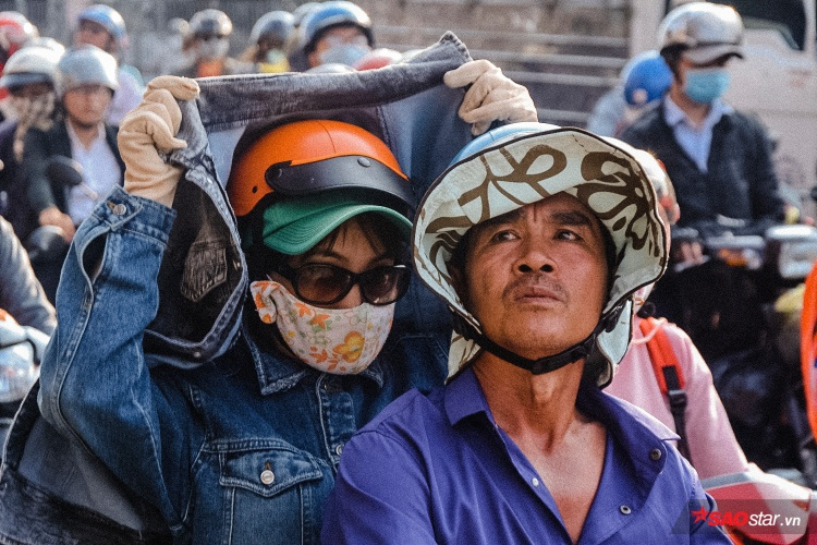Dân Sài Gòn mệt mỏi kéo về thành phố vì cái nắng nóng trên 40 độ.