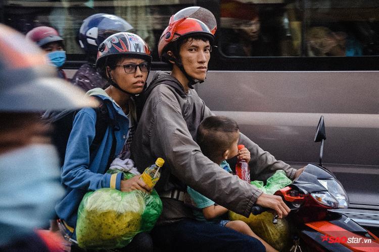 """Chị Bích (34 tuổi, quê Tiền Giang) chia sẻ: """"Dù đã chọn trở lại sớm hơn mọi năm, nhưng vẫn không tránh khỏi kẹt xe. Nắng nóng nên ai nấy cũng đều mệt mỏi""""."""