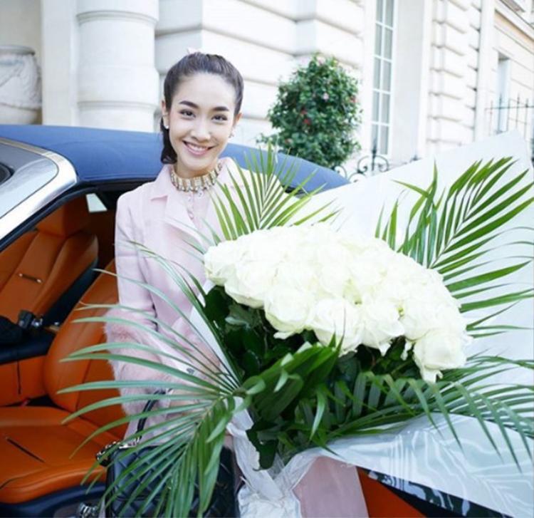 Bạn trai doanh nhân thường xuyên tặng hoa cho Min Pechaya dù không phải ngày đặc biệt hay dịp gì.