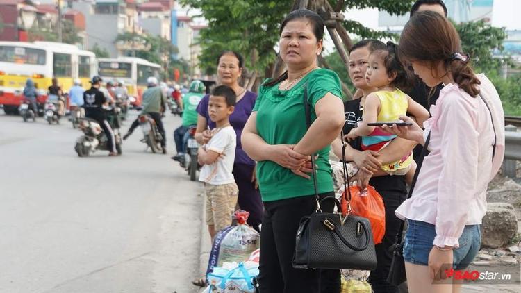 Nhiều gia đình còn đợi chờ taxi về thành phố.