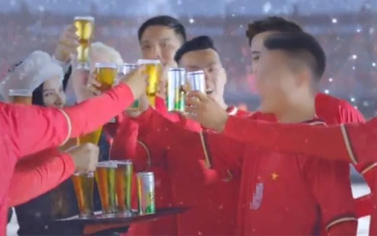 Tiền vệ Nguyễn Quang Hải đi quảng cáo bia gây ra tranh cãi cho người hâm mộ.