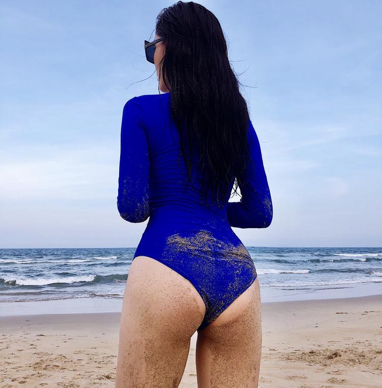 Hiện tại cô sở hữu số đo chỉ thể 1m76 cùng 3 vòng 92 - 60 - 90 cm, trong bộ cánh bikini kín đáo, nhưng đường cong cơ thể của Kỳ Duyên được phô diễn trọn vẹn.