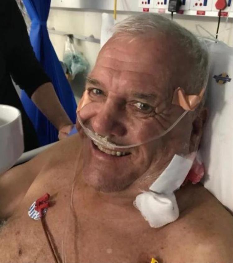 Ông Mike Hodge đang được điều trị tại bệnh viện sau vụ tấn công kinh hoàng.