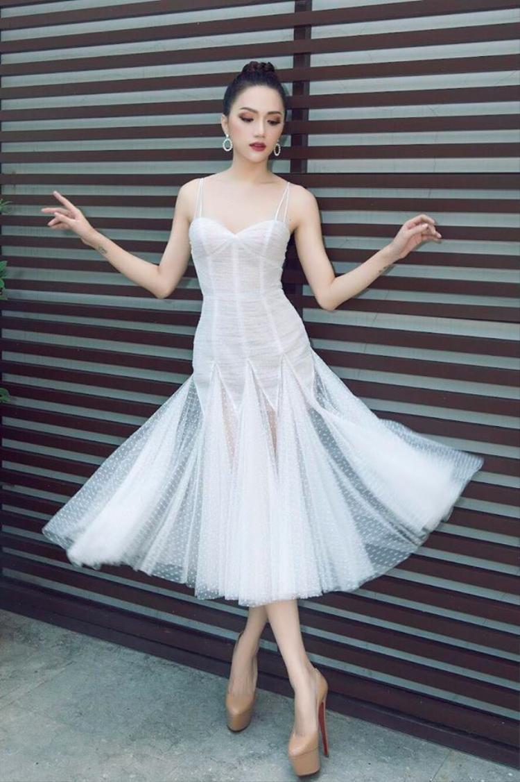 """Kiểu tạo dáng này không phải ngẫu nhiên, mà là một sự suy tính kỹ lưỡng của Hương Giang. Bởi với cách """"bung lụa"""" này, cô khai thác tối đa lợi thế của chiếc váy xòe mang lại."""