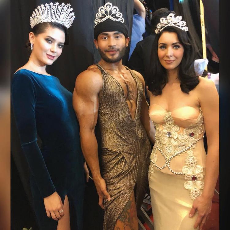 Sinon chụp cùng Hoa hậu Hoàn vũ Thái Lan 2017 và Hoa hậu Hoàn vũ Thế giới 2005.