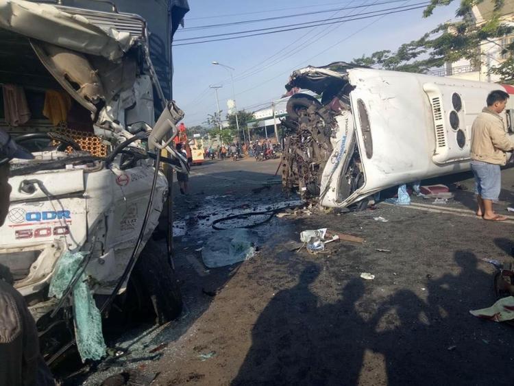 Hiện trường vụ tai nạn nghiêm trọng làm nhiều người bị thương.