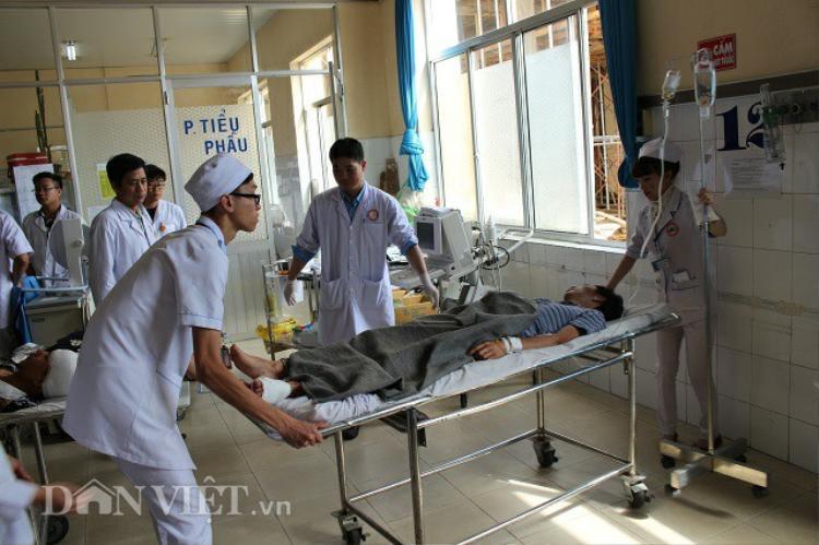 Các nạn nhân đang được điều trị tạiBệnh viện Đa khoa tỉnh Lâm Đồng. Ảnh: Dân Việt.