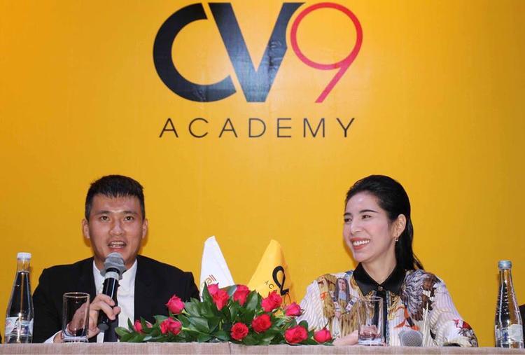 Thuỷ Tiên cười rạng rỡ bên chồng trong lễ ra mắt Học viện CV9.