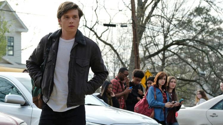"""Simon đến trường sau một đêm bão táp vì bị Martin """"bán đứng""""."""