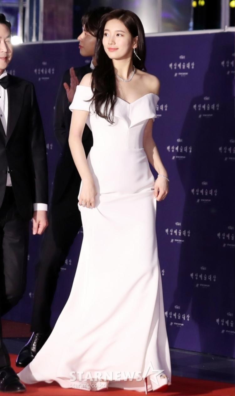 """""""Tình đầu"""" Bae Suzy xinh xắn trong bộ váy dài màu trắng."""